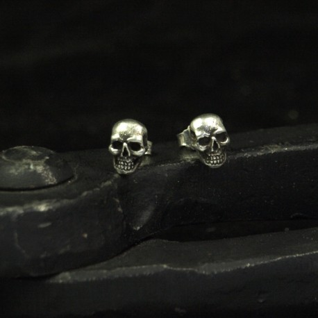 Skulinger - Kleine, feine Totenkopf Ohrstecker. Detailliert, real. Massiv, handgefertigt 935 Silber. Silberschmuck Bikerschmuck