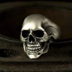 Klassischer großer Totenkopfring. Anatomisch korrekter Totenkopf aus Silber. Biker Ring, Bikerschmuck, Rocker Schmuck