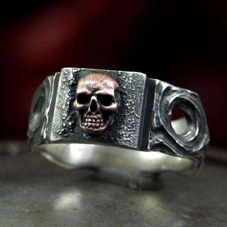 Skullinger - Bandring mit kleinem Totenkopf. Dezent auffallend. Totenkopfring als Bikerschmuck und Rocker Schmuck