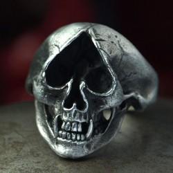Silber Totenkopf Ring mit Ace of Spades als Auge und Fangzähnen. Biker Ring, Bikerschmuck, Rocker Schmuck
